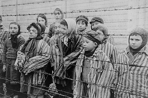 Børn bag hegnet i en Kz-lejer