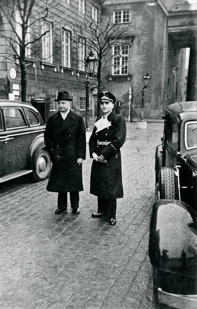 Erik Scavenius, Danmarks statsminister, sammen med den nye tyske rigsbefuldmægtigede Werner Best i januar 1943