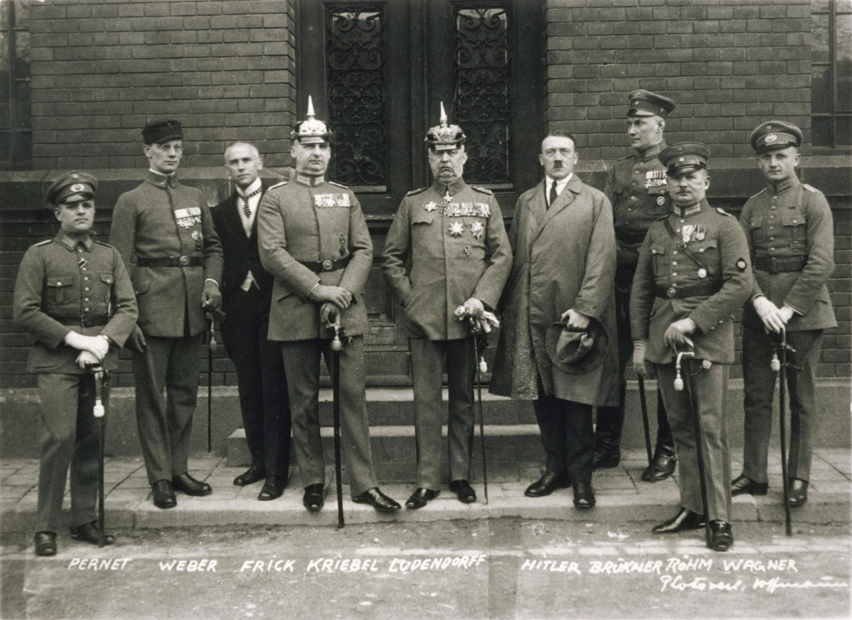 """Hitler i forbindelse med retssagen i 1924 om """"ølkælderkuppet"""". Hitler ses som nr. 4 fra højre. Foto: Deutsches Bundesarchiv"""