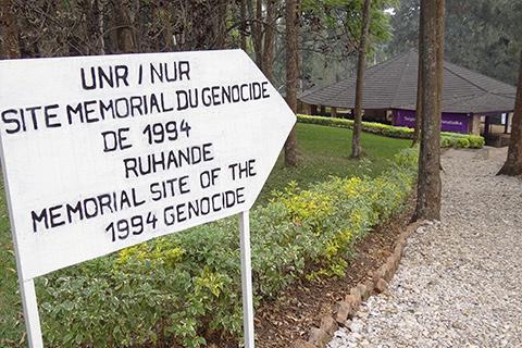 Billede af skilt mod memorial site of the 1994 genocide