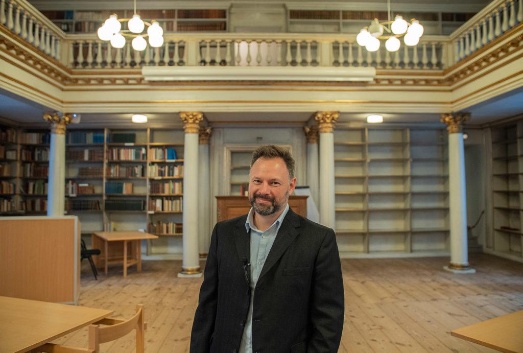 Arkivar Jacob Halvas Bjerre fra Rigsarkivet fremviser historiske kilder