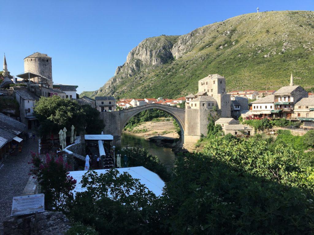 Byen Mostar med broen Stari Most, der forbinder floden Neretvas to bredder (foto: Aldrigmere.dk)