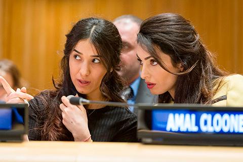 To unge kvinder ved en mikrofon
