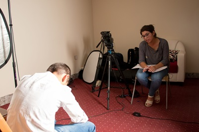 Ung kvinde bliver interviewet
