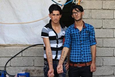 Portræt af to unge mænd som viser deres underarms tatovering