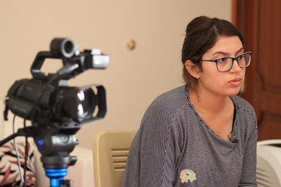 Ung kvinde under interview
